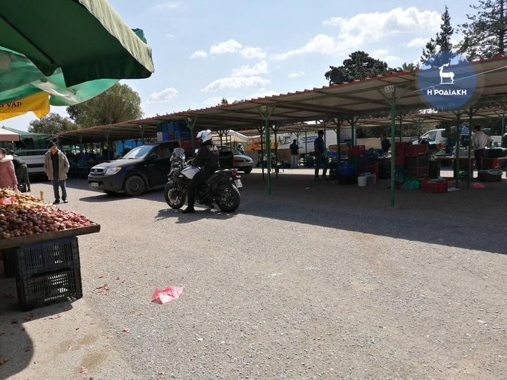 Αμετανόητοι: Η αστυνομία διέκοψε τη λειτουργία λαϊκής αγοράς στη Ρόδο