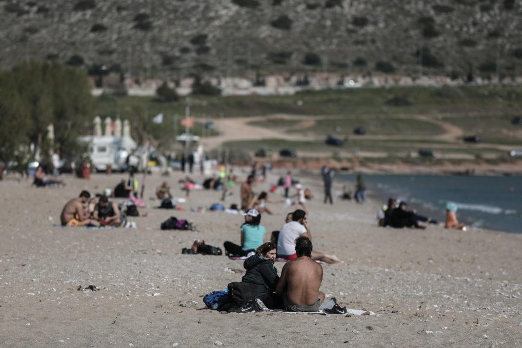 Κορονοϊός: Απτόητοι Αθηναίοι λιάζονται στις θάλασσες ή εξασκούνται στις πολεμικές τέχνες! (Photos)