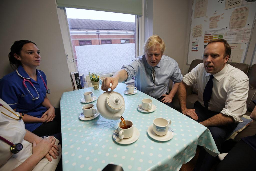 Βρετανία: Τζόνσον, Κάρολος και ο υπουργός Υγείας θετικοί στον κορονοϊό – Καλά στην υγεία της η Βασίλισσα