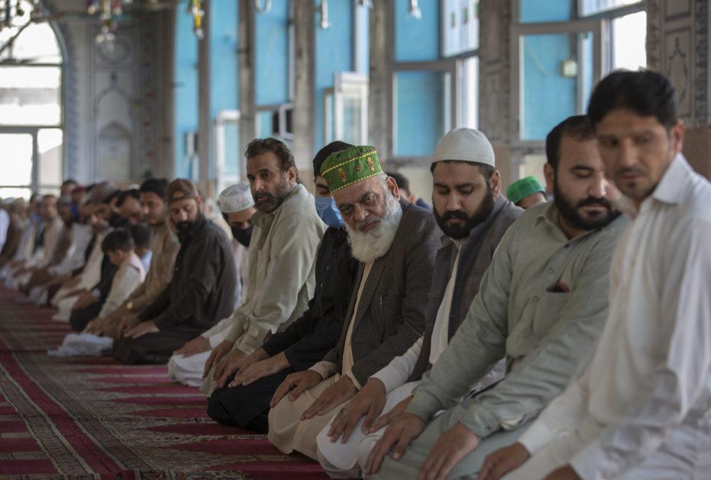 Πακιστάν – Κορονοϊός: Οι πιστοί αψηφούν την απαγόρευση των συναθροίσεων και συρρέουν στα τζαμιά