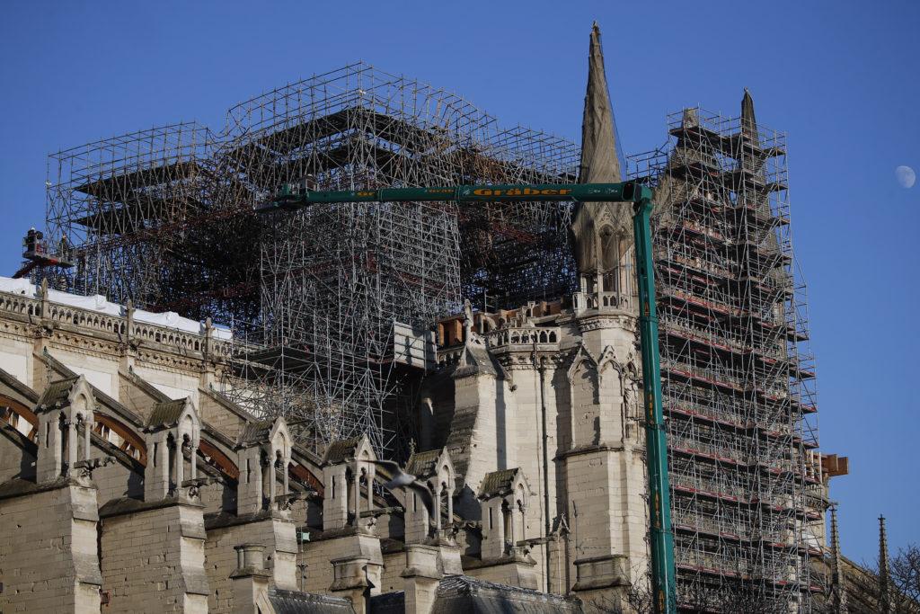 Ένας χρόνος μετά την πυρκαγιά στην Παναγία των Παρισίων – Τι υποσχέθηκε ο Μακρόν (Photos & Video)