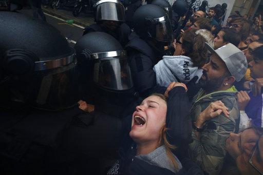 Καταλονία: 337 τραυματίες ψηφοφόροι από επίθεση αστυνομικών (Photos+Video)