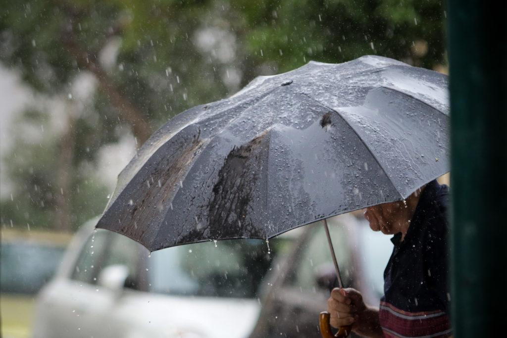 Kαιρός: Επιμένουν οι βροχές και τοπικές μπόρες την Κυριακή