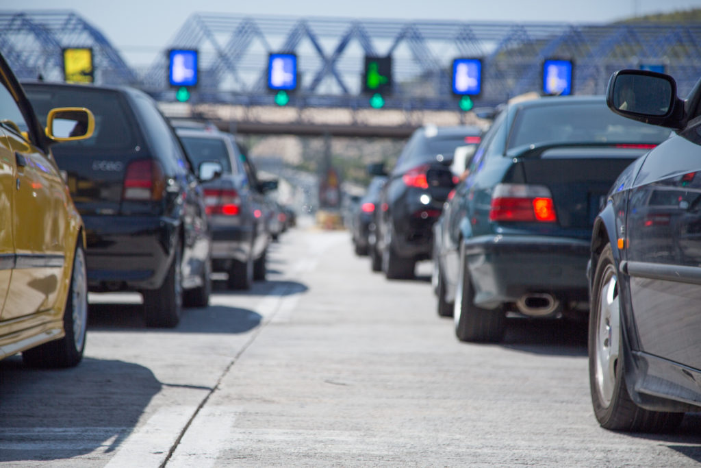Ελεύθερες οι μετακινήσεις από νομό σε νομό – Ουρές αυτοκινήτων στα διόδια Αφιδνών