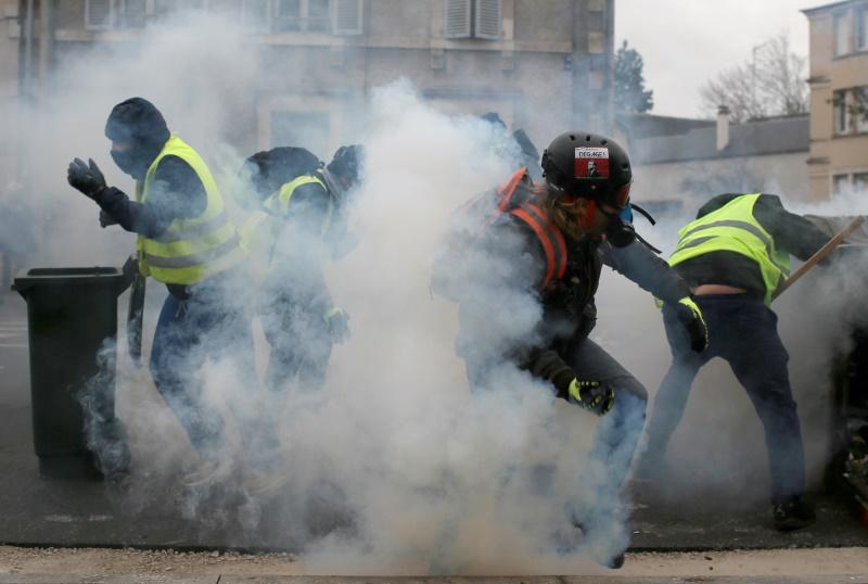 Γαλλία: Δακρυγόνα από ελικόπτερο εναντίον των «Κίτρινων Γιλέκων» (video)