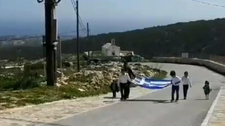 Παρέλαση … με τρεις μαθητές και τη σημαία – συγκίνηση στη Γαύδο (video)