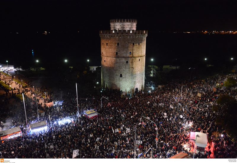 Χιλιάδες φίλαθλοι πανηγυρίζουν στο Λευκό Πύργο (video – εικόνες)