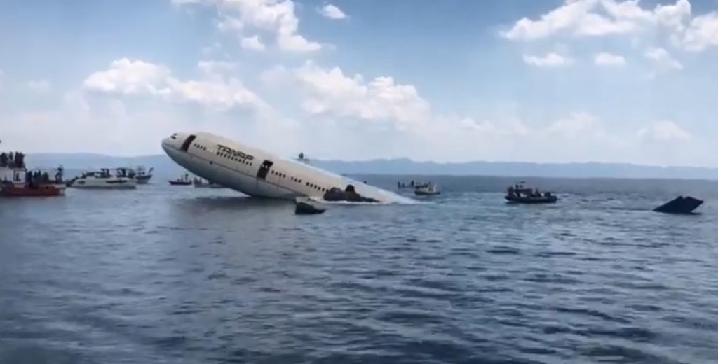 Τουρκική πατέντα: Βύθισαν τεράστιο αεροπλάνο για την ανάπτυξη του καταδυτικού τουρισμού (video – εικόνες)