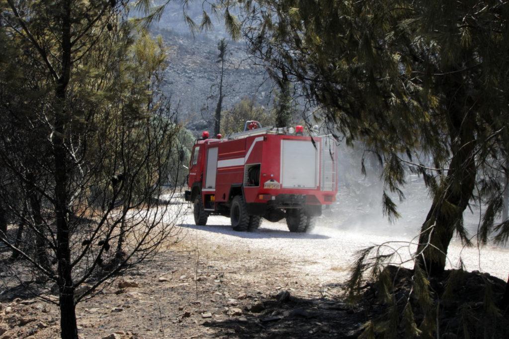 Πυρκαγιά σε περιοχή με χαμηλή βλάστηση στην Αγία Βαρβάρα