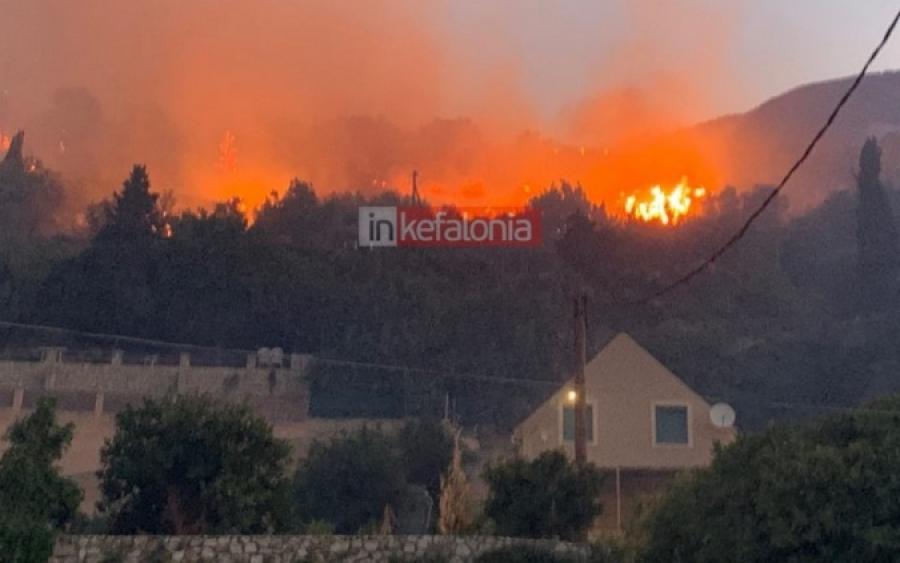 Μεγάλη πυρκαγιά στην Κεφαλονιά – εκκενώθηκαν οικισμοί (video – εικόνες)