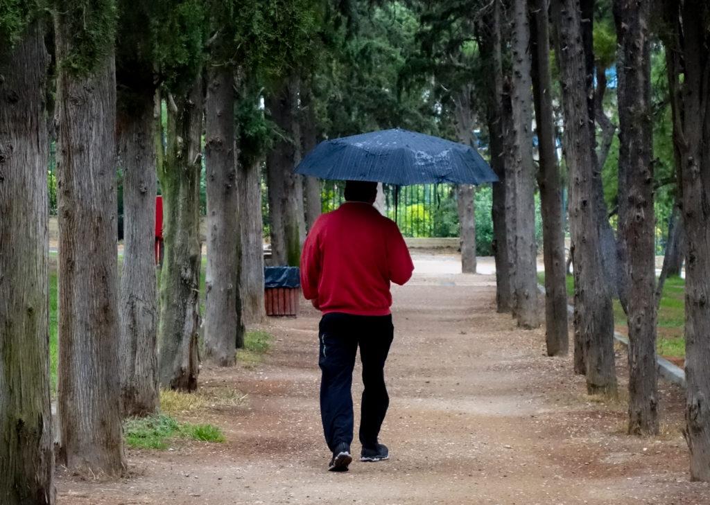 Ισχυρές βροχές και καταιγίδες και την Τετάρτη – Σε χαμηλά επίπεδα η θερμοκρασία