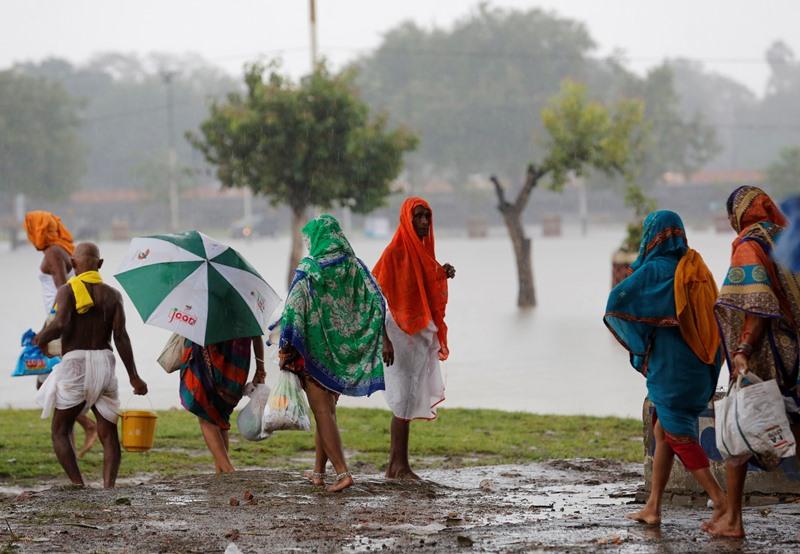 Ινδία: Τουλάχιστον 73 νεκροί από τις ισχυρές βροχοπτώσεις στο Ούταρ Πραντές
