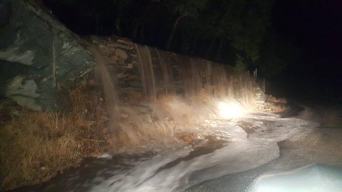«Άνοιξαν» οι ουρανοί σε Άνδρο και Σύρο – Πλημμύρισαν δρόμοι, παρασύρθηκαν οχήματα (Video)