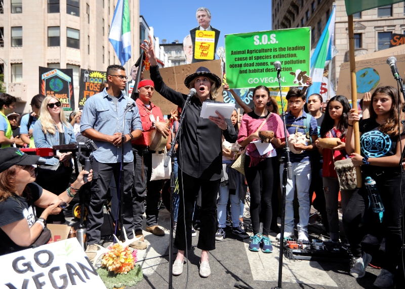 ΗΠΑ: Χειροπέδες στη Τζέιν Φόντα έξω από το Καπιτώλιο (video)