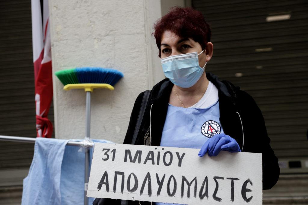 4.000 συμβάσεις «στον αέρα» – Οι καθαρίστριες διαμαρτυρήθηκαν έξω από το υπουργείο Υγείας (Video & Photos)