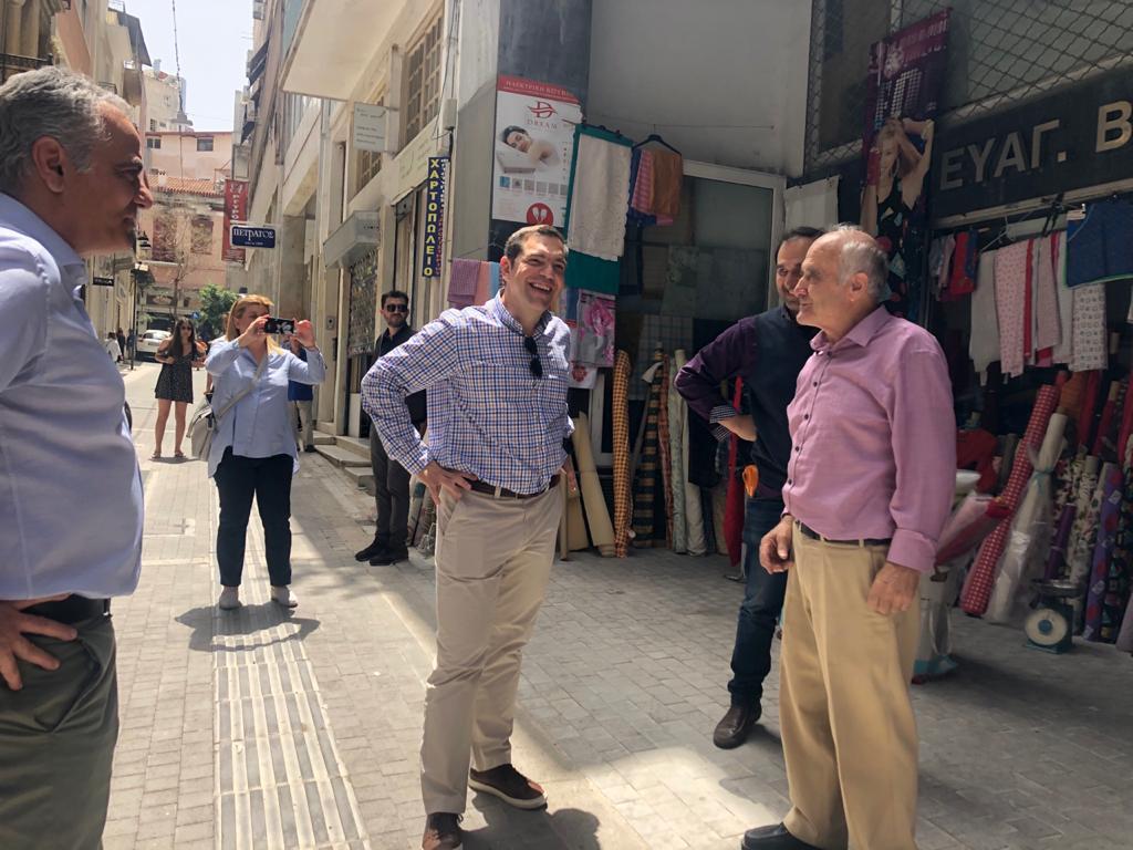 Βόλτα Τσίπρα στο κέντρο της Αθήνας – Συνομίλησε με καταστηματάρχες (Photos)