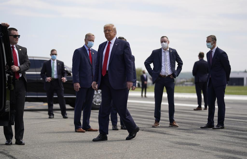 Ο Τραμπ επισκέφθηκε εργοστάσιο παραγωγής μασκών, αλλά μάσκα… δεν φόρεσε