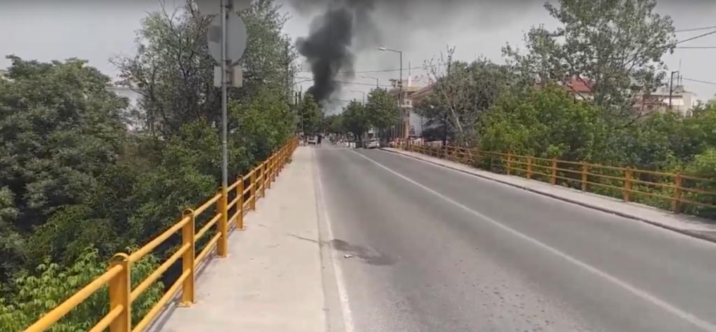 Λάρισα: Επεισόδια στη Ν. Σμύρνη – Αρνούνται να απομακρυνθούν από τον οικισμό τα 35 κρούσματα (Video)