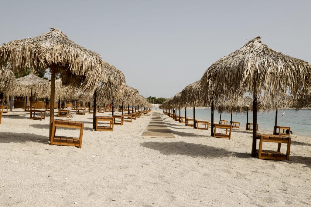 Άνοιξαν σήμερα 515 οργανωμένες παραλίες – Με τη… μεζούρα οι λουόμενοι στη θάλασσα
