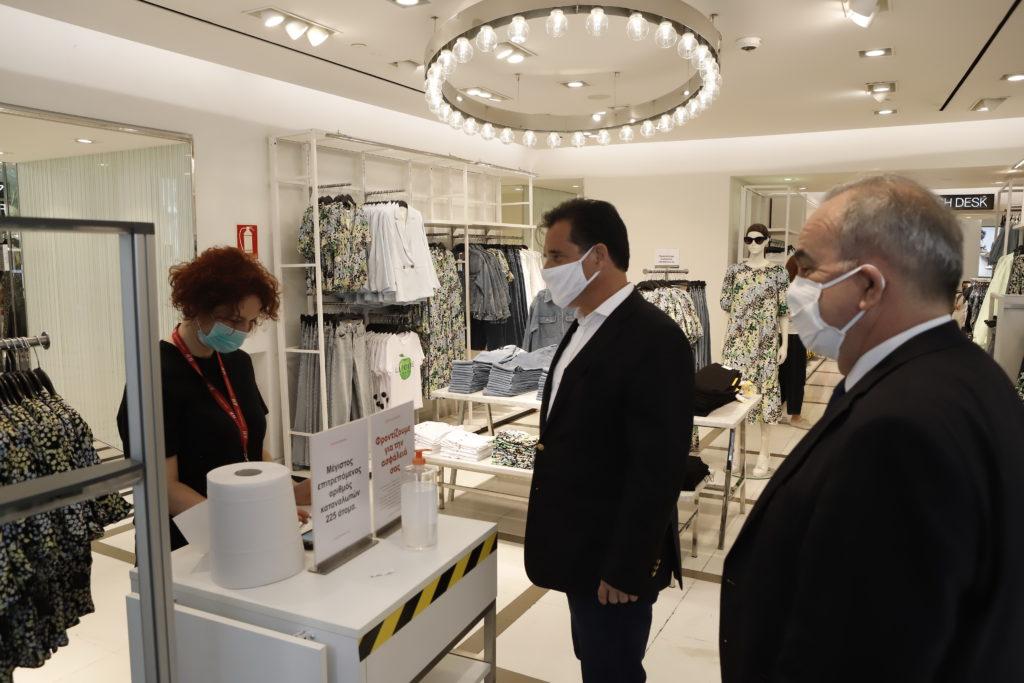 Αλαλούμ Άδωνη με μάσκες: «Υποχρεωτικά» στα Mall αλλά με… συστάσεις σε άλλα καταστήματα
