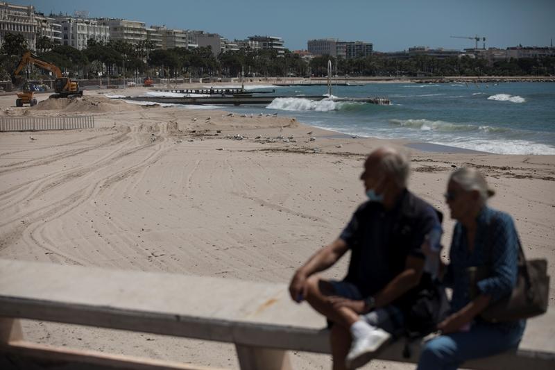 Γαλλία – κορονοϊός: Ναι στο κολύμπι όχι στην ηλιοθεραπεία
