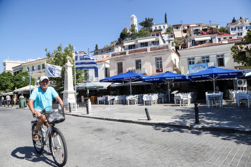 Η Ευρώπη σχεδιάζει καλοκαιρινές διακοπές στο σπίτι ενώ η Ελλάδα ελπίζει να κεφαλαιοποιήσει τη διαχείριση της πανδημίας