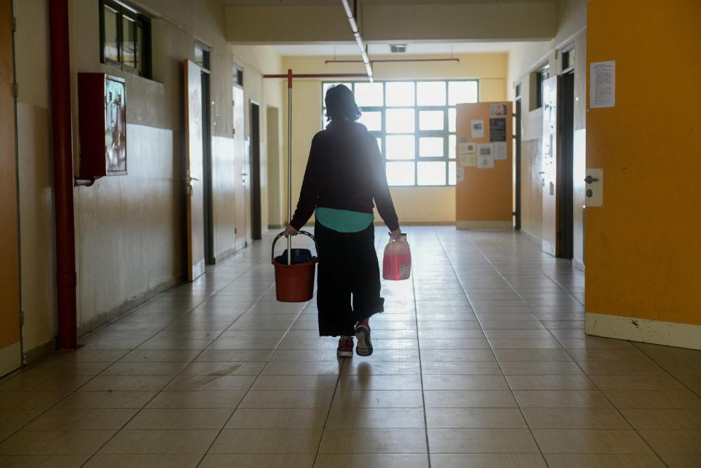 Καθαρίζουν σχολεία παίρνοντας ψίχουλα και περιμένοντας απόλυση