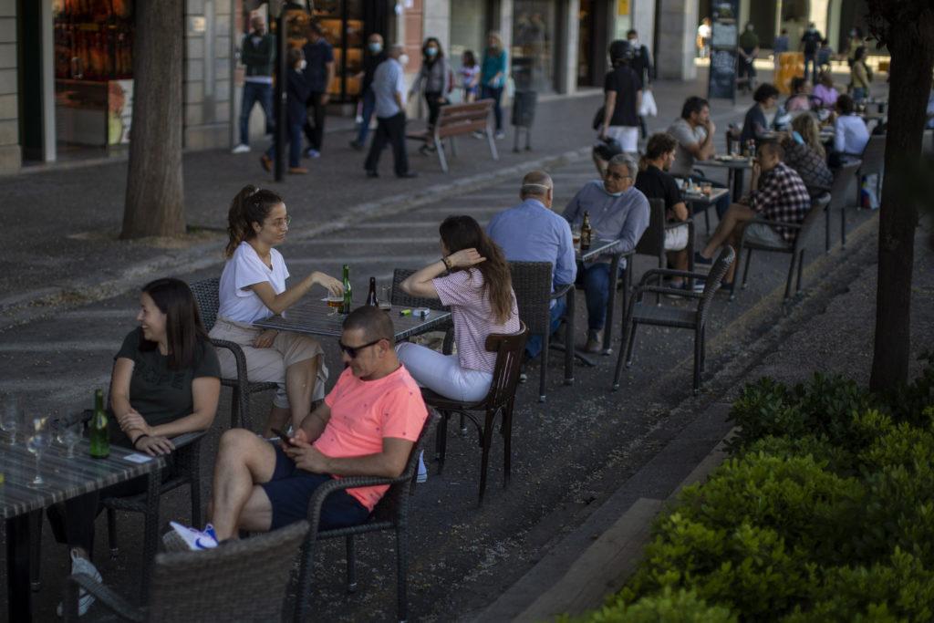 Η πλειονότητα των Ισπανών δεν εμπιστεύεται τον Σάντσεθ – Τι λένε για τα περιοριστικά μέτρα