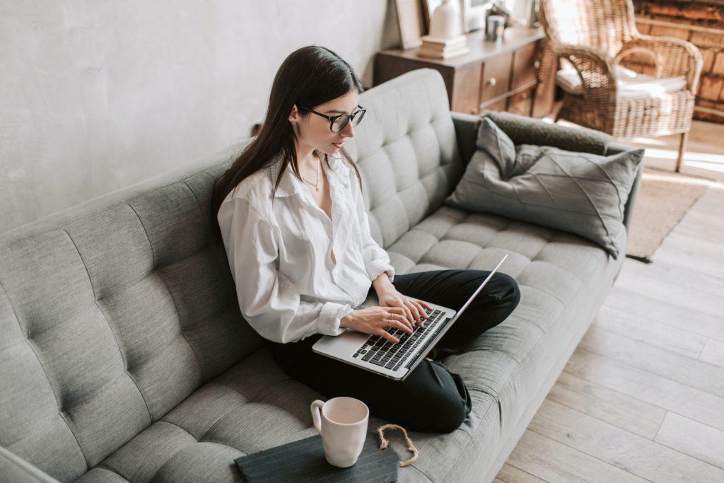 Ασκήσεις για την σπονδυλική στήλη για όσους εργάζονται πολλές ώρες μπροστά στον υπολογιστή
