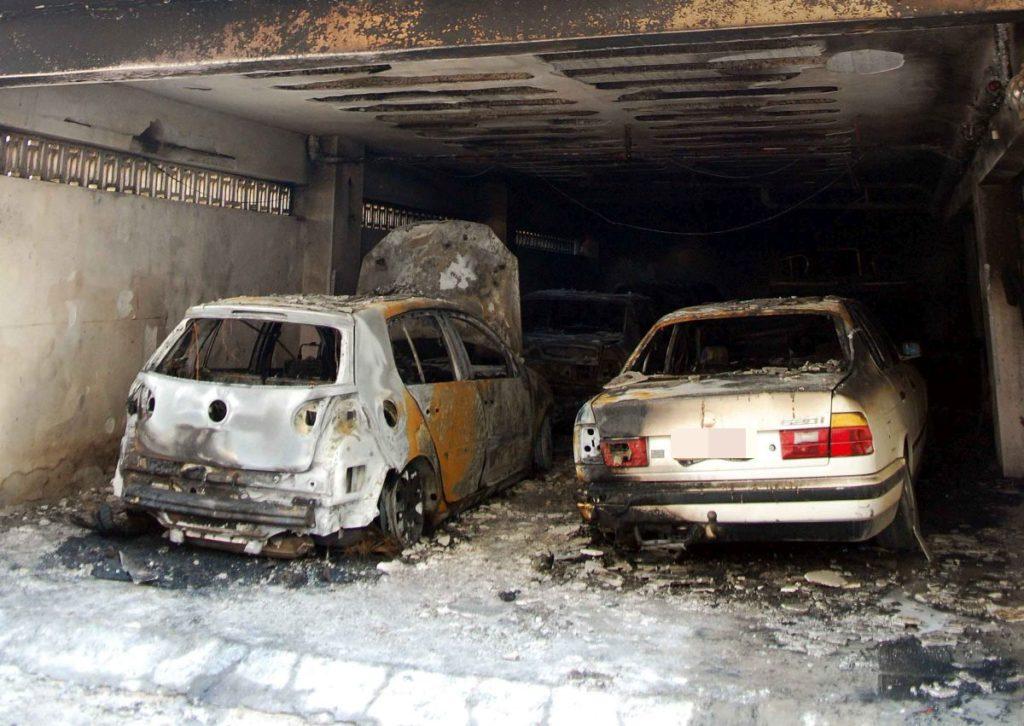 Εμπρηστικές επιθέσεις σε πυλωτές στη Θεσσαλονίκη – Στις φλόγες αυτοκίνητα και μηχανές