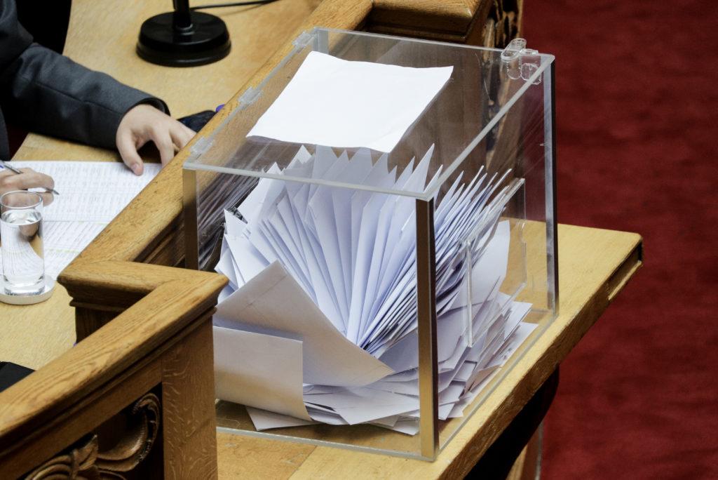 Πρωτοφανές: Άνοιξαν την κάλπη πριν την ολοκλήρωση της ψηφοφορίας στη Βουλή για τον Παπαγγελόπουλο! (Video)