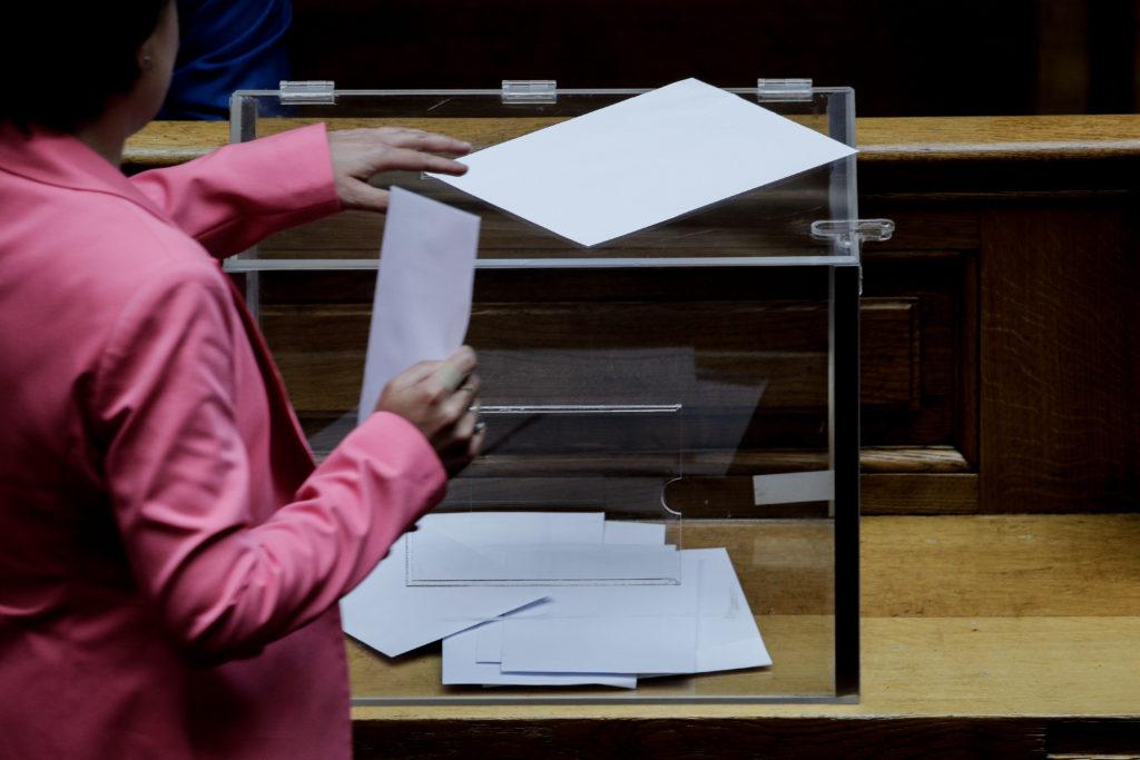 Βουλή: ΝΔ – ΚΙΝΑΛ ψήφισαν μόνοι τους για τον Παπαγγελόπουλο με την κάλπη να ανοιγοκλείνει
