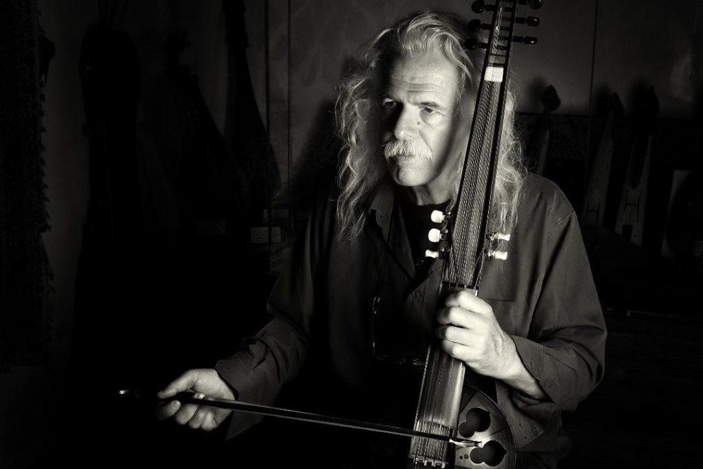 Ο Ρος Ντέιλι γράφει στο Docville: To (εφιαλτικό) είναι και το (λαμπερό) φαίνεσθαι των μουσικών