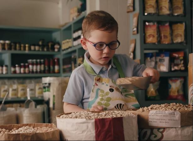 To όμορφο και συγκινητικό βίντεο από τον Εμπορικό Σύλλογο Ηλιούπολης για την στήριξη της τοπικής αγοράς