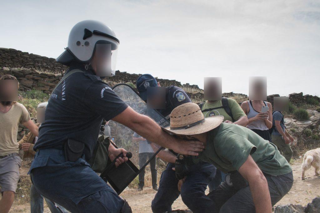 Σκηνές άγριας καταστολής στην Τήνο: Αστυνομικές δυνάμεις ξυλοκόπησαν κατοίκους για τις ανεμογεννήτριες (Video)