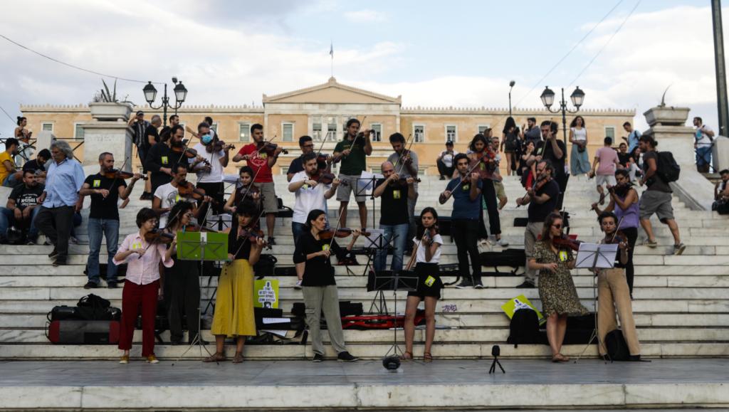 Σύνταγμα: Οι μουσικοί διαδηλώνουν προτάσσοντας την τέχνη τους (Photos)