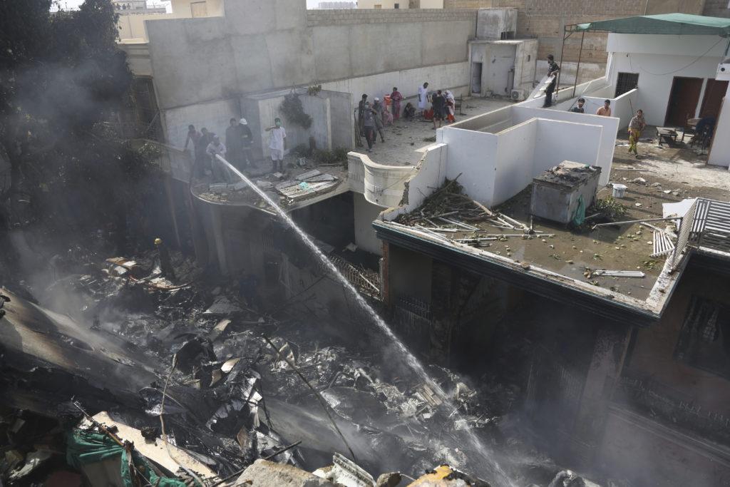 Αεροπορική τραγωδία στο Πακιστάν: Τουλάχιστον τρεις επιζώντες από την συντριβή του αεροσκάφους (Video- Photos)