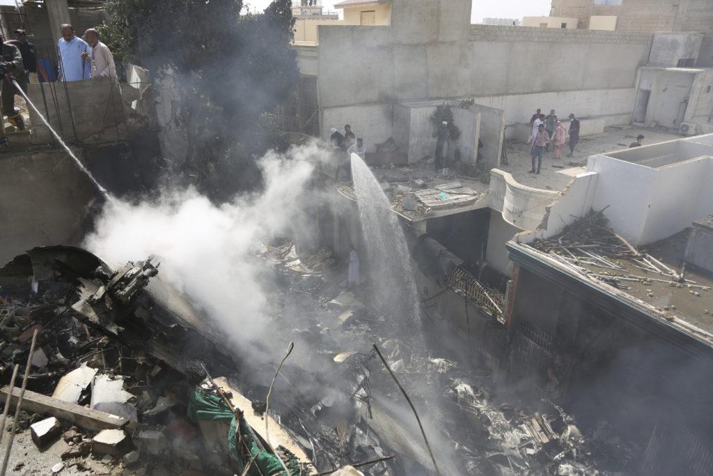 Αεροπορική τραγωδία Πακιστάν: Οι τελευταίες συγκλονιστικές συνομιλίες του πιλότου – 97 επιβεβαιωμένα θύματα (Video)