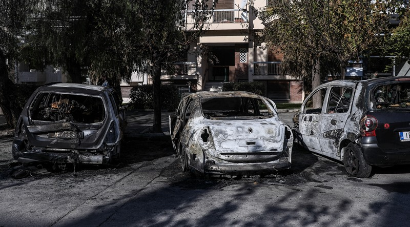 Άγνωστοι πυρπόλησαν αυτοκίνητα στο πάρκινγκ των δκαστηρίων της Ευελπίδων