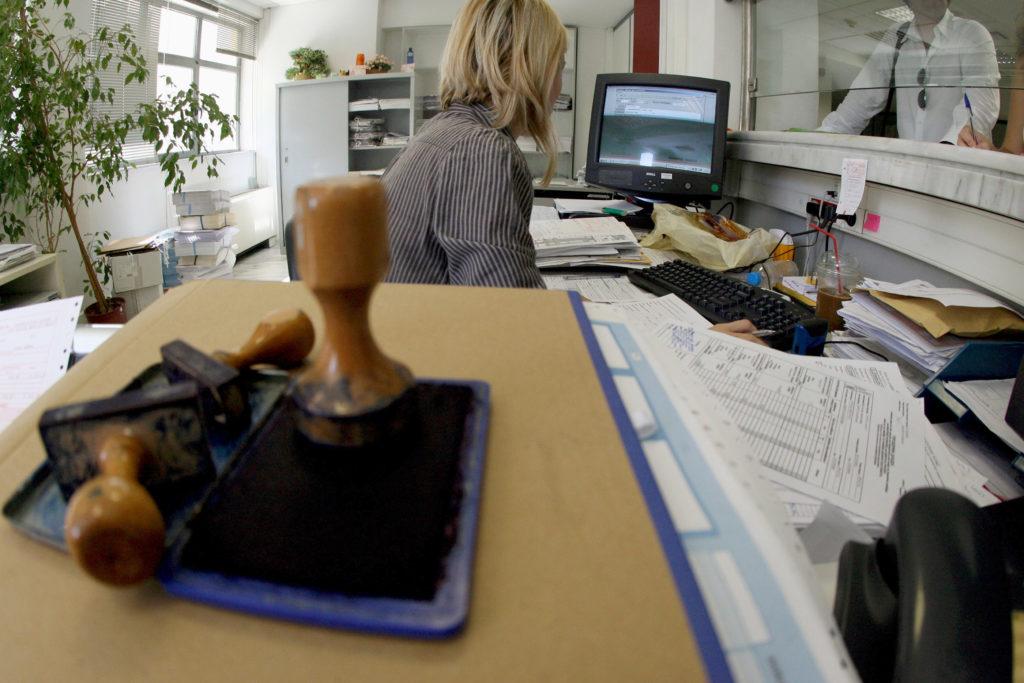 ΚΙΝΑΛ: Η ΝΔ απεργάζεται περικοπές μισθών στο Δημόσιο με πρόσχημα τον κορονοϊό