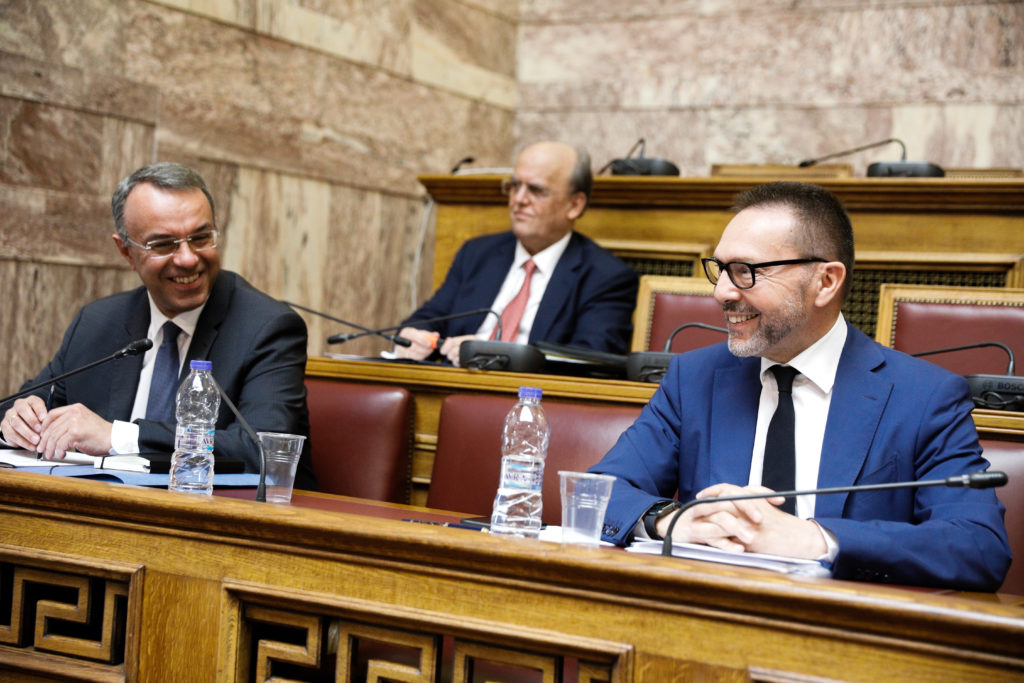 Βουλή: Οι «σκιτζήδες» της Κομισιόν προβλέπουν 9,7% ύφεση και ο «έγκριτος» Στουρνάρας 6%
