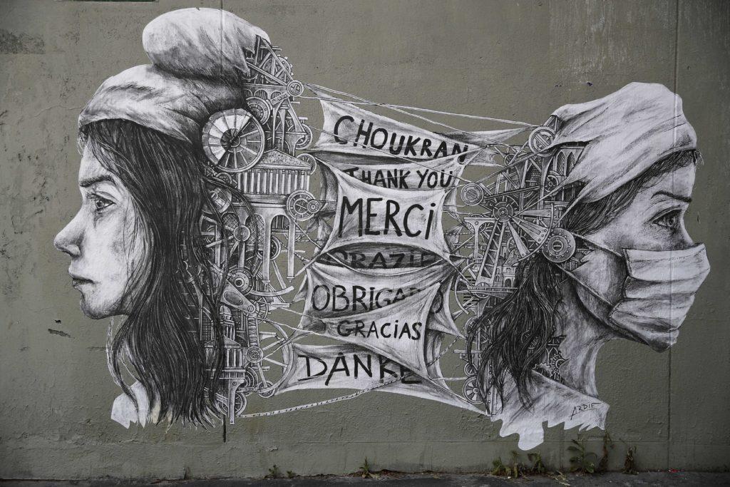 To «ευχαριστώ» σε graffiti έξω από νοσοκομείο του Παρισιού