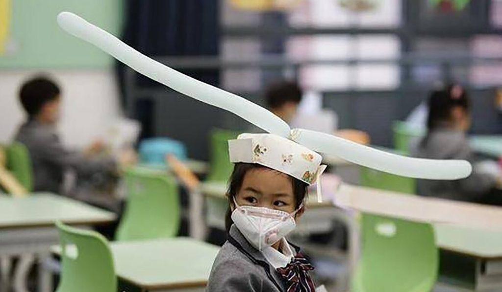 Κορονοϊός: Κινέζοι μαθητές φόρεσαν καπέλα για να… κρατήσουν αποστάσεις! (Video)