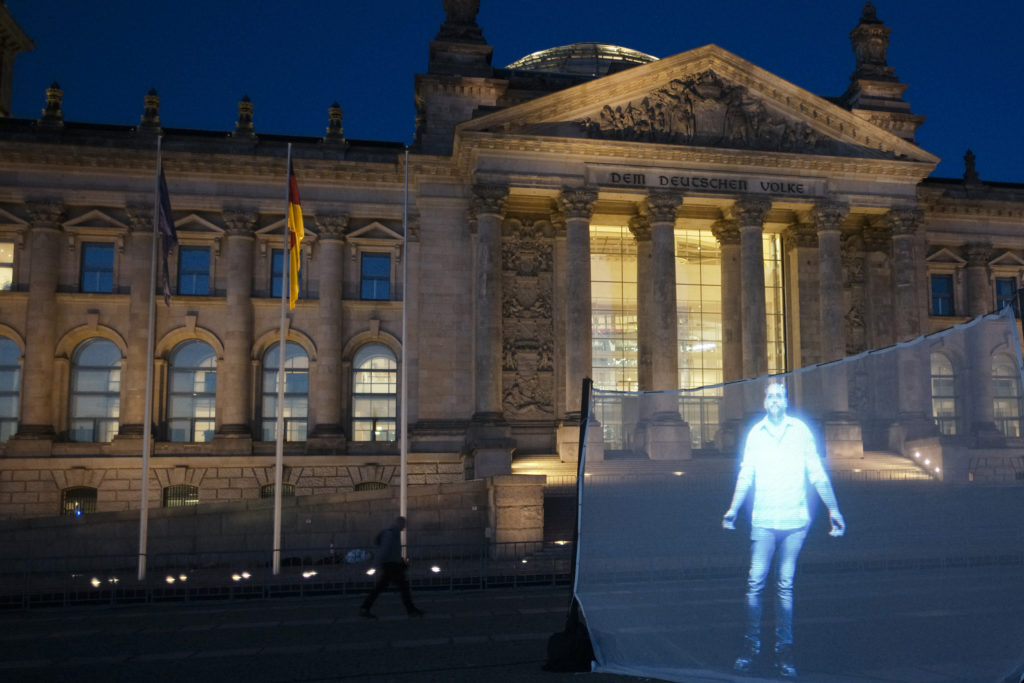 Μετανάστης της Μόριας μπροστά στο κτίριο του Reichstag (Photos)