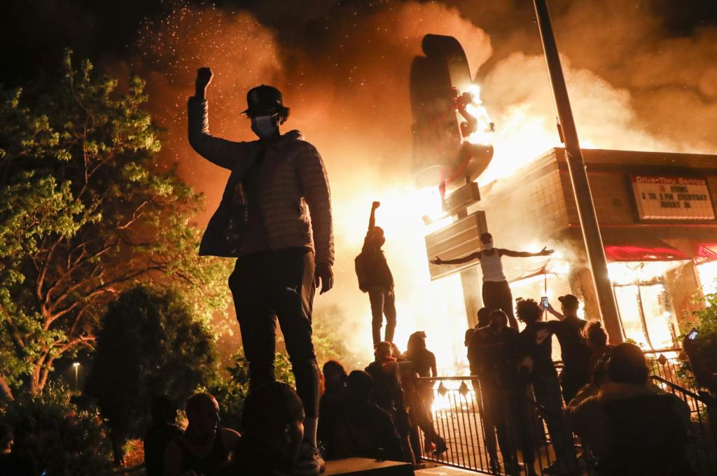 Μινεσότα: Ο κυβερνήτης έκανε έκκληση να σταματήσουν οι ταραχές – Η συγγνώμη για τη σύλληψη ρεπόρτερ