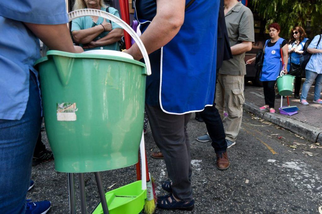 Στην πρώτη γραμμή των σχολείων οι καθαρίστριες, αλλά για το Μαξίμου είναι αόρατες
