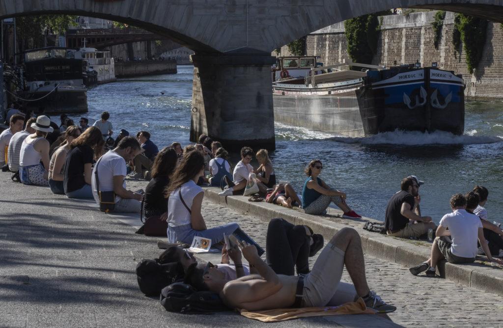 Γαλλία-κορονοϊός: «Επιτέλους ελεύθεροι» δηλώνουν οι Παριζιάνοι που κατέκλυσαν πάρκα και πλατείες