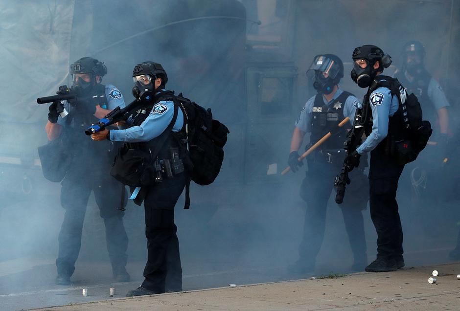 Στις ΗΠΑ «πυροβολούν» και τα ΜΜΕ – Χειροπέδες σε συνεργείο του CNN, πλαστικές σφαίρες στο Ρόιτερς! (Videos)