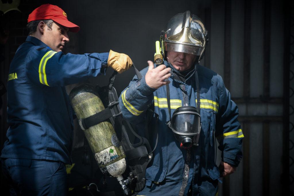 Μία νεκρή από φωτιά σε διαμέρισμα στη Βούλα – Τέσσερα άτομα απεγκλωβίστηκαν