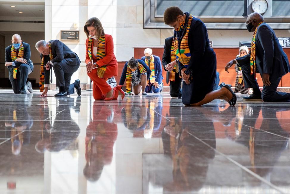 ΗΠΑ: Οι Δημοκρατικοί γονάτισαν στο Κονγκρέσο στη μνήμη του Τζορτζ Φλόιντ